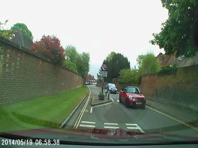 Столкновение с неожиданно появившимся Bentley Continental GT на узкой улице