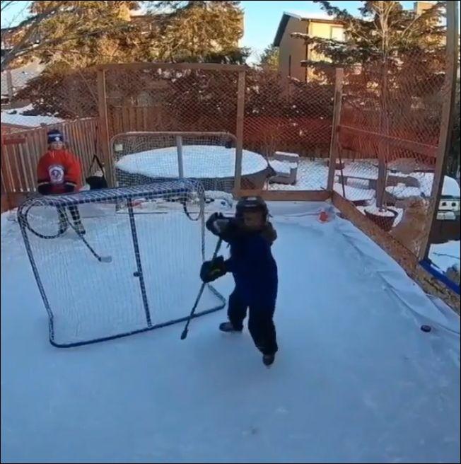 Юный хоккеист из Канады неплохо управляется с шайбой