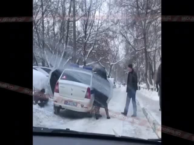 В Москве прохожий решил помочь полицейским посадить задержанного в машину