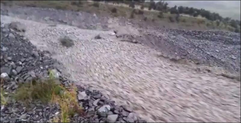 Река из камней во время циклона в Новой Зеландии