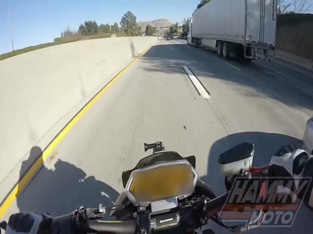 Мотоциклист проскочил под грузовиком и не был задавлен каким-то чудом