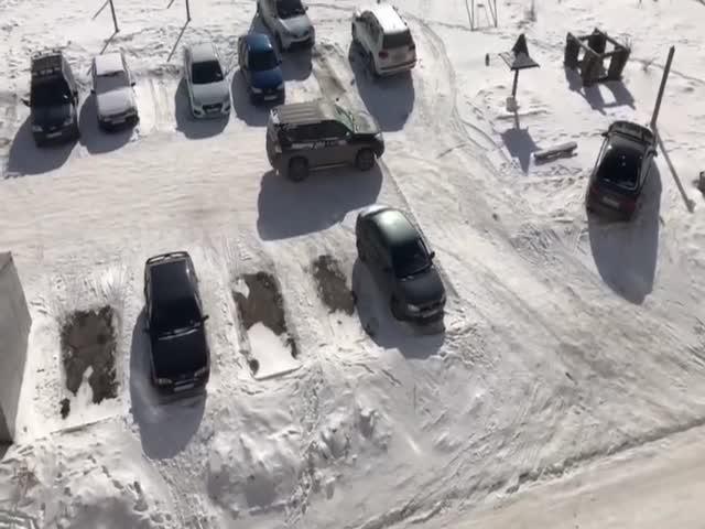 В Челябинске автовладельцы жестко делят парковочное место