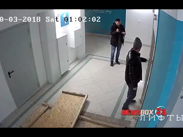 Во Владивостоке пьяные неадекваты решили разобрать кабину лифта