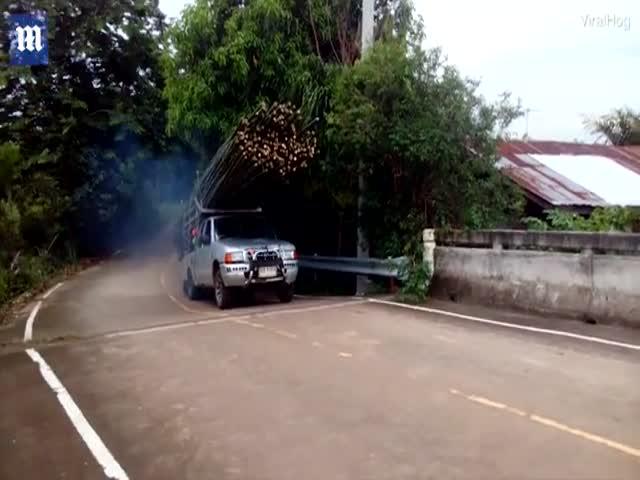В Таиланде водитель решил перевезти за раз слишком много бамбука