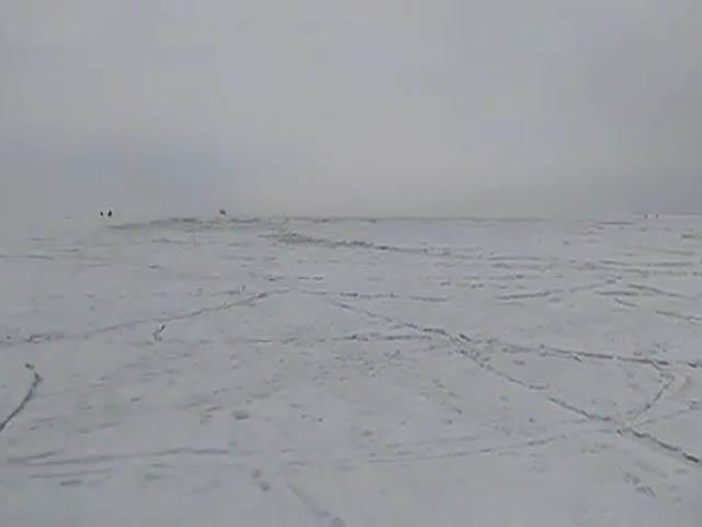 Море ломает лед под ногами любителей зимней рыбалки