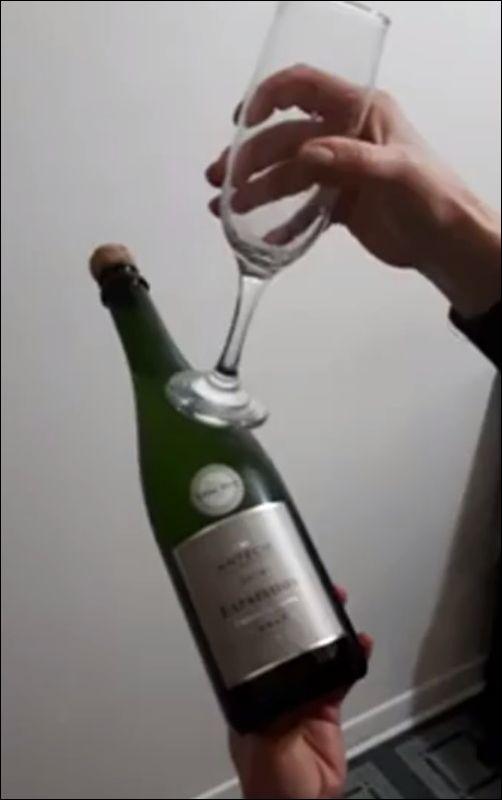 Как открыть шампанское при помощь бокала