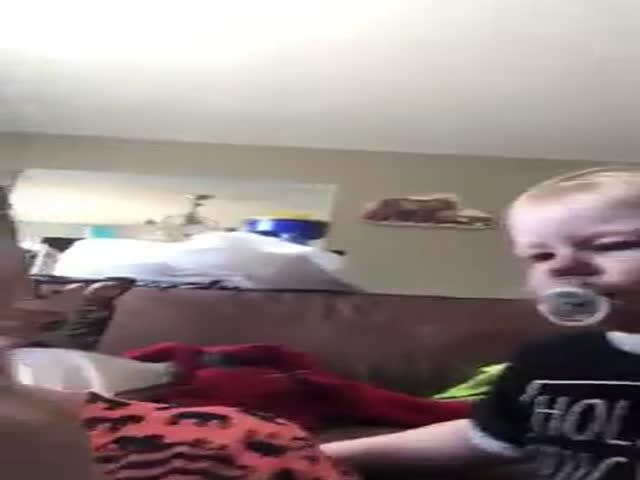 Малыш пытается успокоить маму любой ценой