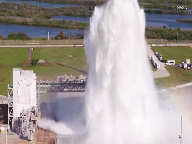 Сброс двух миллионов литров воды для охлаждения стартовой площадки