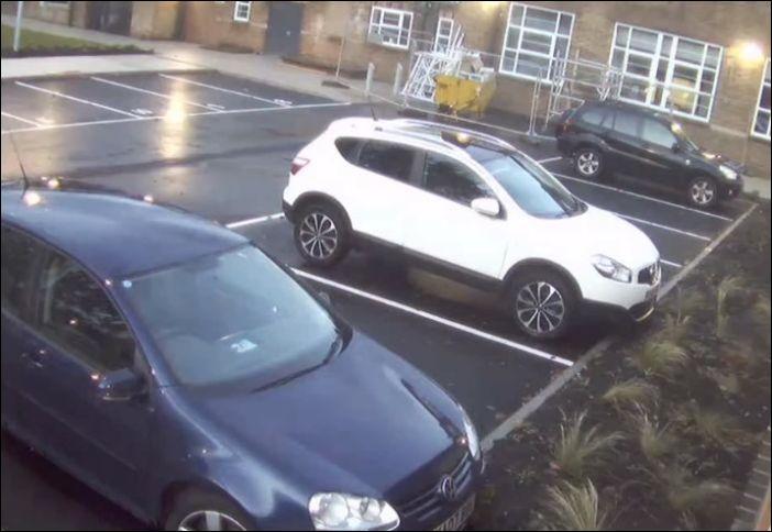 Девушка отчаянно пытается припарковаться