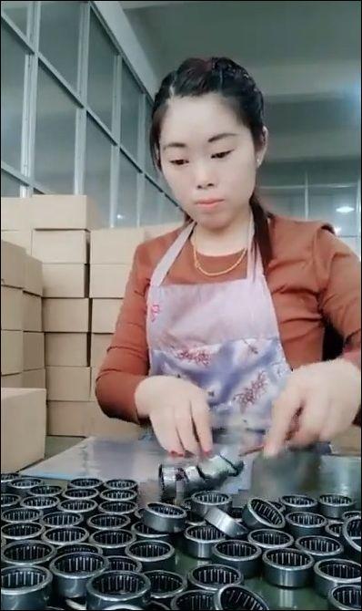 Девушка оперативно упаковывает подшипники