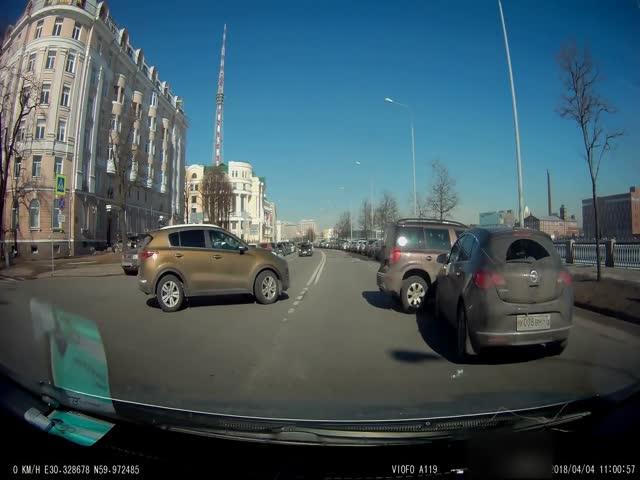 В Санкт-Петербурге странный маневр водителя привел к ДТП