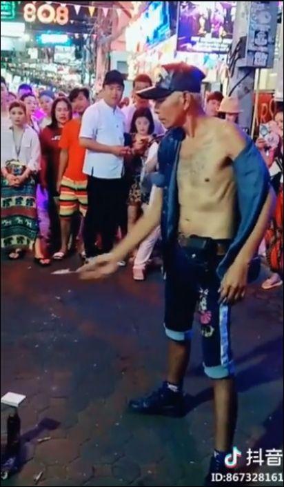 Классный трюк с картами от уличного фокусника в Таиланде