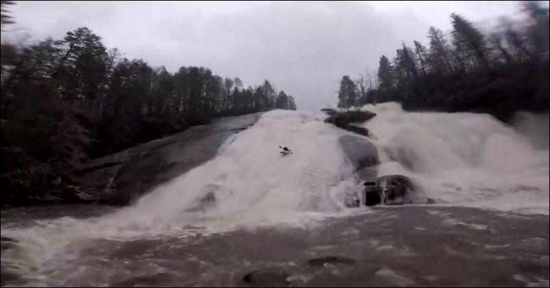 Опасный, но эффектный спуск с водопада на каяке