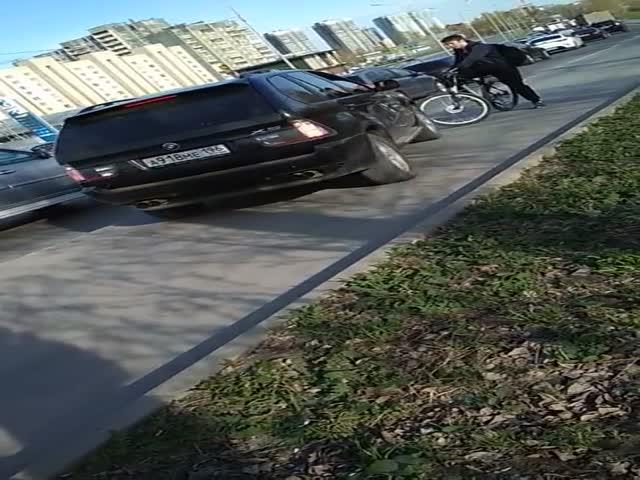 В Екатеринбурге водитель BMW наехал на велосипед на тротуаре