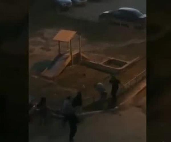 В Якутске мужчина жестко успокоил шумевших во дворе подростков
