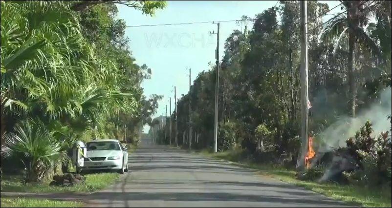 Лава пожирает автомобиль во время извержения вулкана на Гавайях