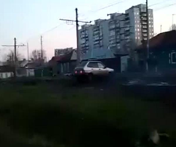 В Омске пьяный водитель штурмует ворота