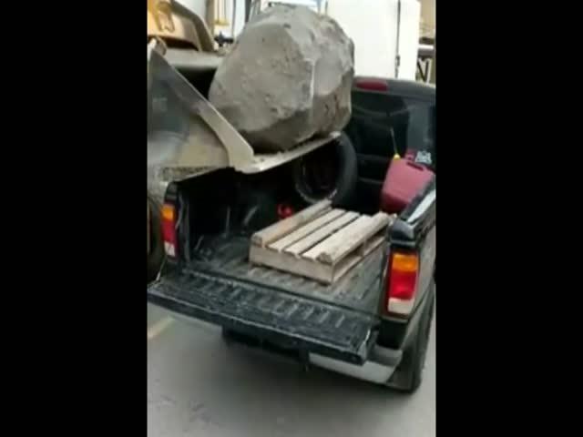 Идея перевезти камень на пикапе оказалась не совсем удачной