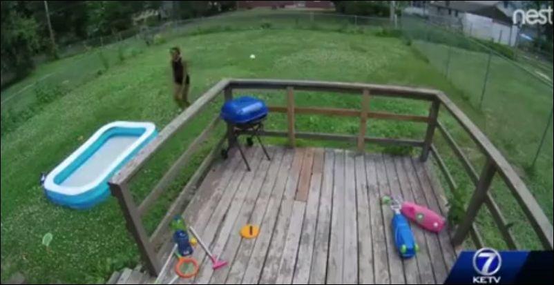 Двое воришек зачем-то украли наполненный водой детский бассейн