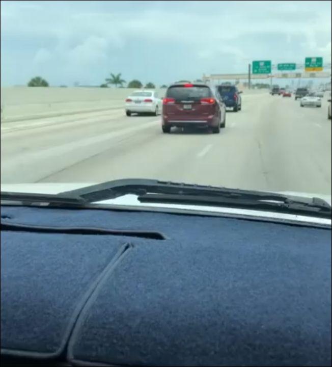 Хитрый американец прячет номер своей машины, чтобы не платить за дорогу