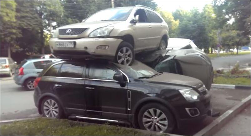 В Тульской области Лексус приземлился на два припаркованных автомобиля
