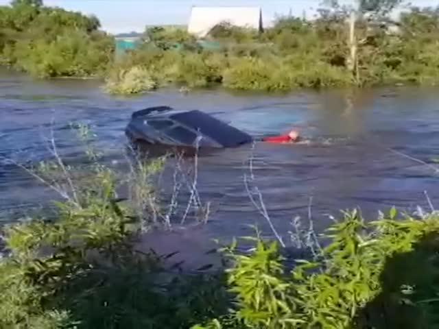 В Чите парень отчаянно пытается спасти свою машину во время наводнения