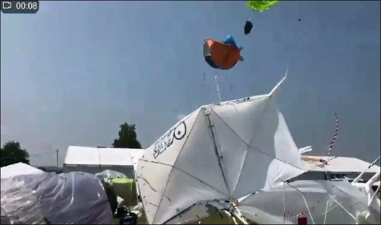 Летающая палатка во время сильного ветра