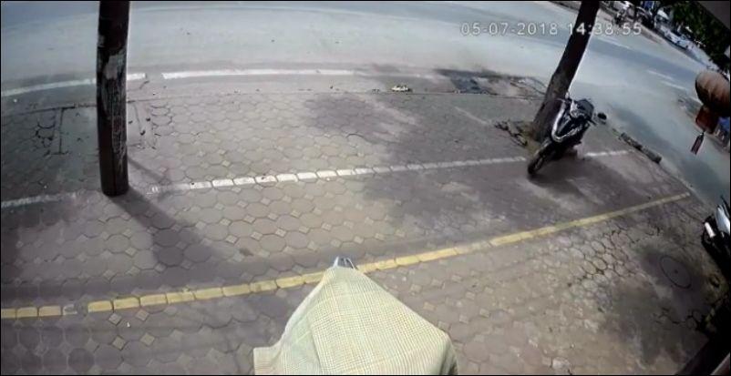 Скутер где-то потерял своего водителя