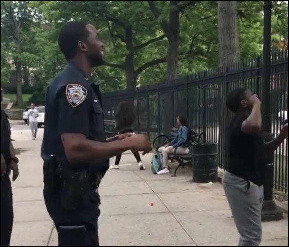Полицейский показал, как надо бросать мяч