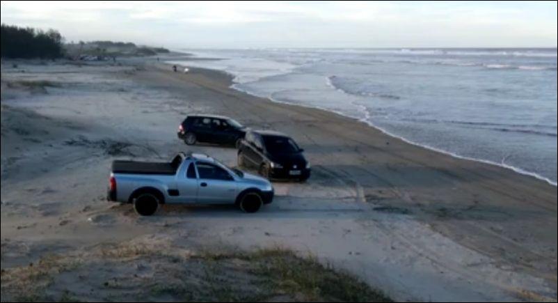 Не очень удачно прокатился на мотоцикле по волнам