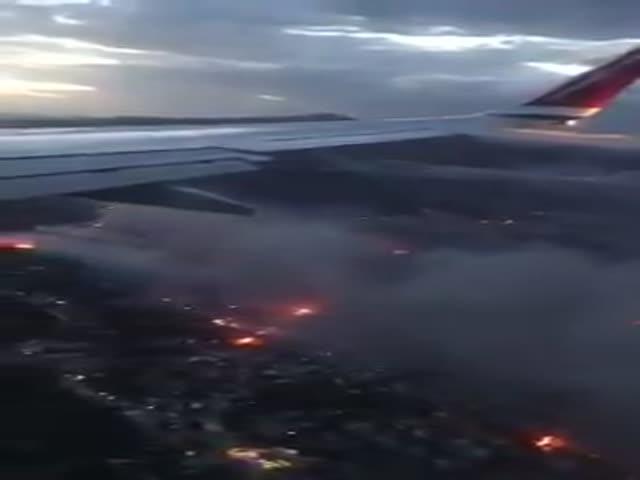 Вид из самолета на лесные пожары в Греции