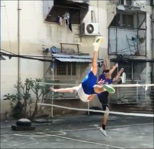 Игра в волейбол с помощью ног