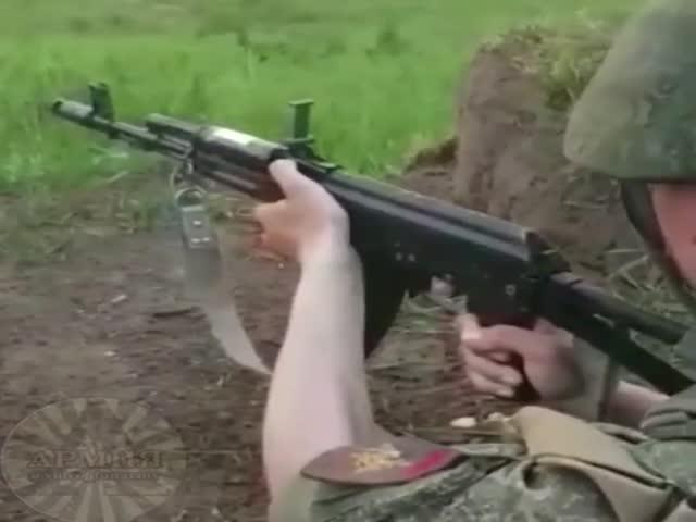 Как солдат, отслуживший 8 месяцев, управляется с автоматом