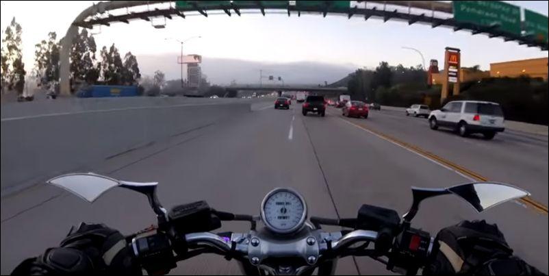 Почему не стоит быстро ездить на мотоцикле при оживленном движении