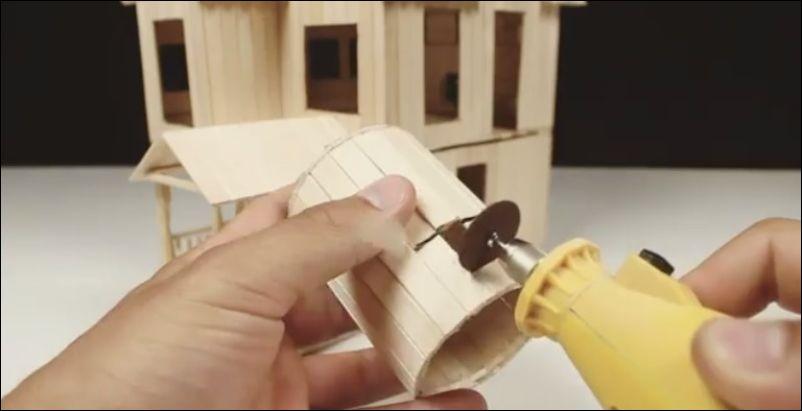 Классный игрушечный домик из деревянных палочек для мороженного