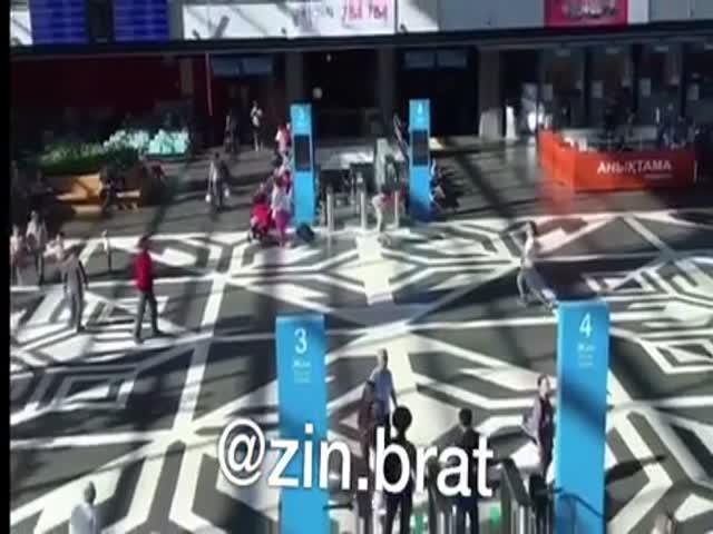 Два парня не послушали охранника, который попросил их не бросать мяч
