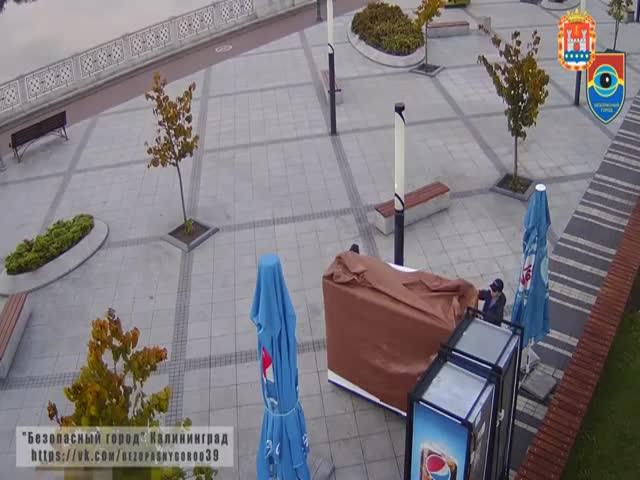 В Калининграде два парня обчистили точку продажи еды и сели неподалеку покушать