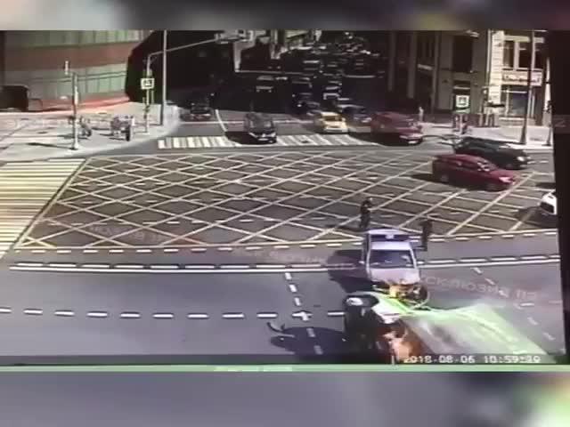 В Москве полицейская машина врезалась в ГАЗель, которая сразу же загорелась