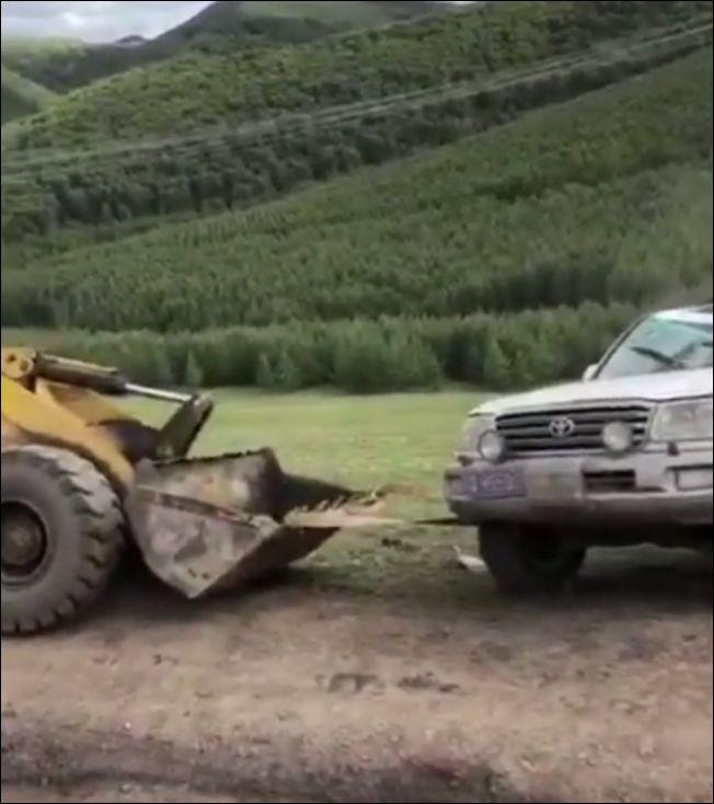 Не самая успешная попытка перевернуть машину после аварии