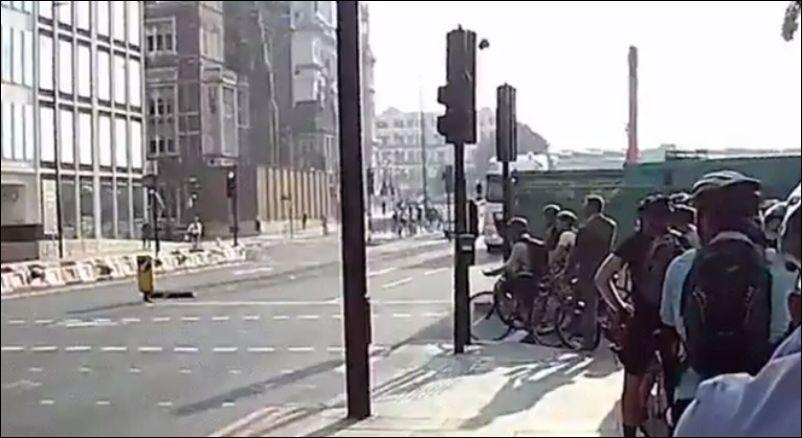 Грузовик чуть не снес велосипедистов на пешеходном переходе