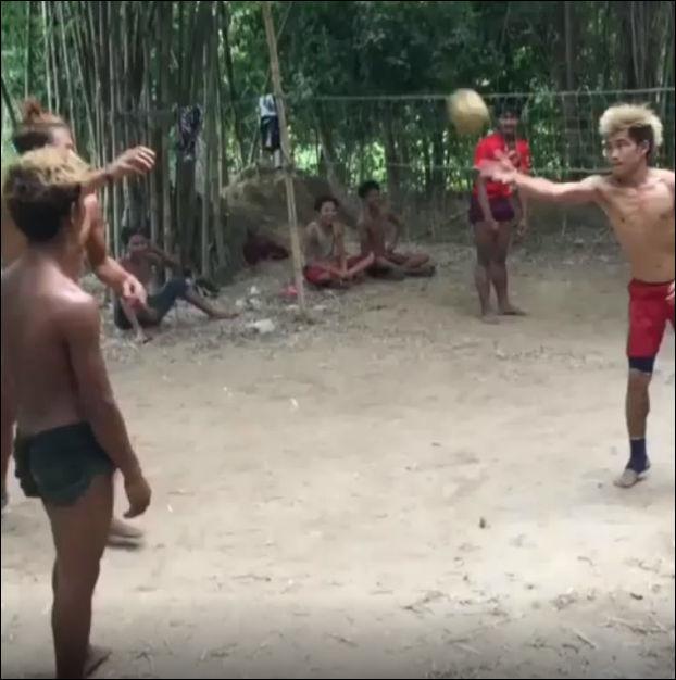 Игра в волейбол только с помощью ног и головы