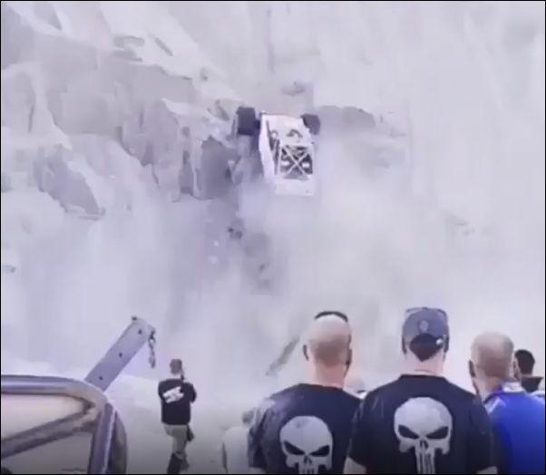 Автомобиль поднимается по очень крутому склону
