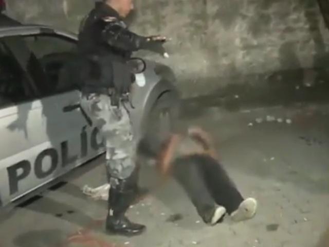 Полицейский тазер против агрессивной девушки