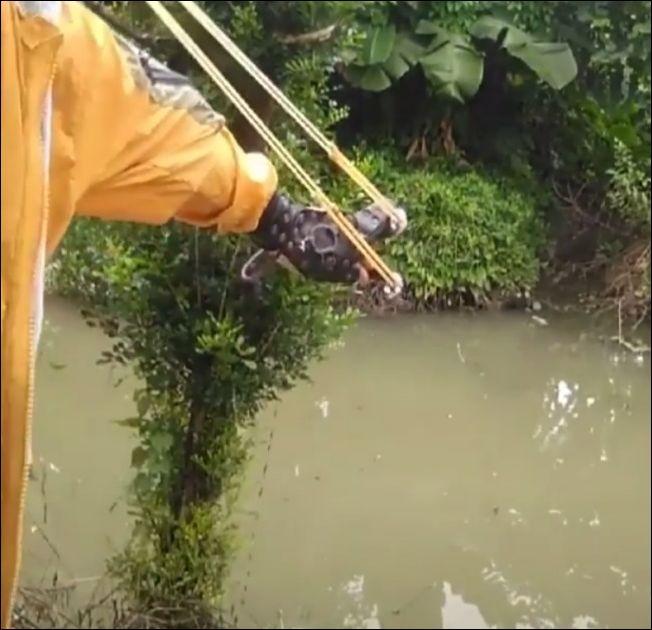Рыбная ловля с помощью специальной рогатки