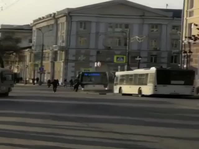 В Ростове-на-Дону водитель безуспешно пытался остановить сбежавший автобус
