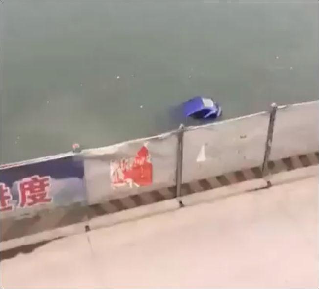 Прохожий спас водителя тонущего автомобиля