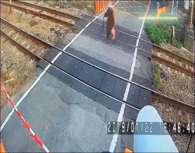 Бессмертная бабулька перебегает железную дорогу перед поездом