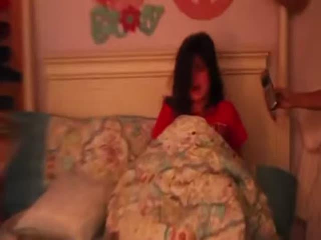 Мама разыграла свою дочку, которая очень не любит рано вставать по утрам