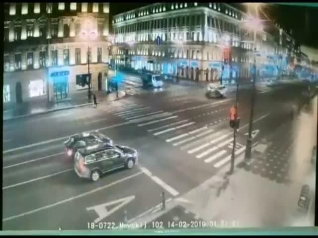 В Питере 19-летний водитель решил проскочить перекресток на красный свет