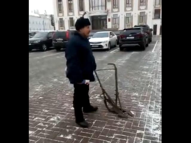 В Тамбове крестьянин с сохой хочет поговорить с губернатором